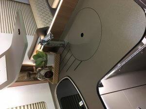 Küchenzeile hinter Sitzecke